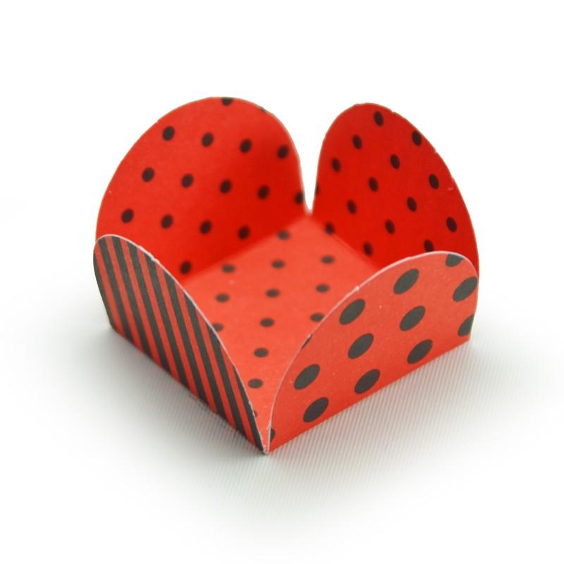 Forminha 4 pétalas base 3,5cm para doces Poá Vermelho e Preto 50 unidades